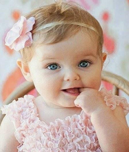 Photo bébé fille avec yeux bleus