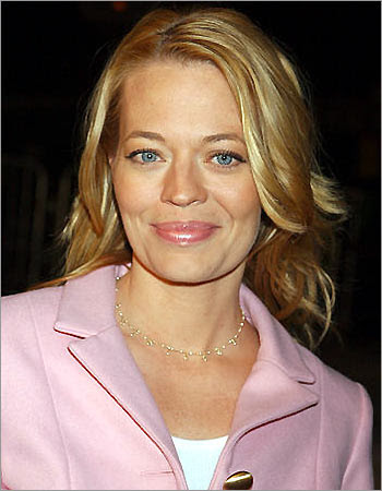 Jeri Ryan Follow Geno&#39;s World on Twitter