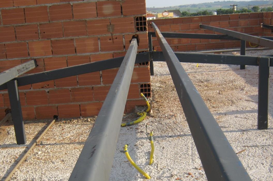A cobertura de uma casa pode ter um valor equivalente de 10 a 15% do total da obra, por isso é premente trabalhar com a inclinação recomendada pelo fabricante da telha. Neste caso o telhado é embutido em platibandas, adotando-se a estrutura metálica.