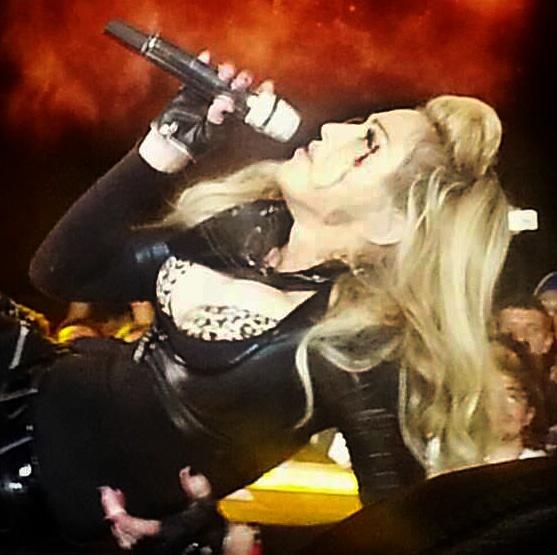 Madonna leva soco durante show; foto