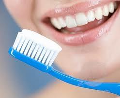 الطريقة الصحيحة لتنظيف الأسنان بالفرشاة