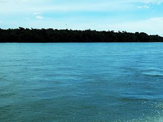 Passeio de lancha pelo Rio Iguaçu ao fim da Trilha do Poço Preto, no Parque Nacional de Iguaçu.