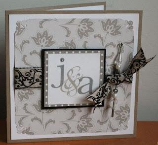 Invitación boda elegante con tapiz y broche gris
