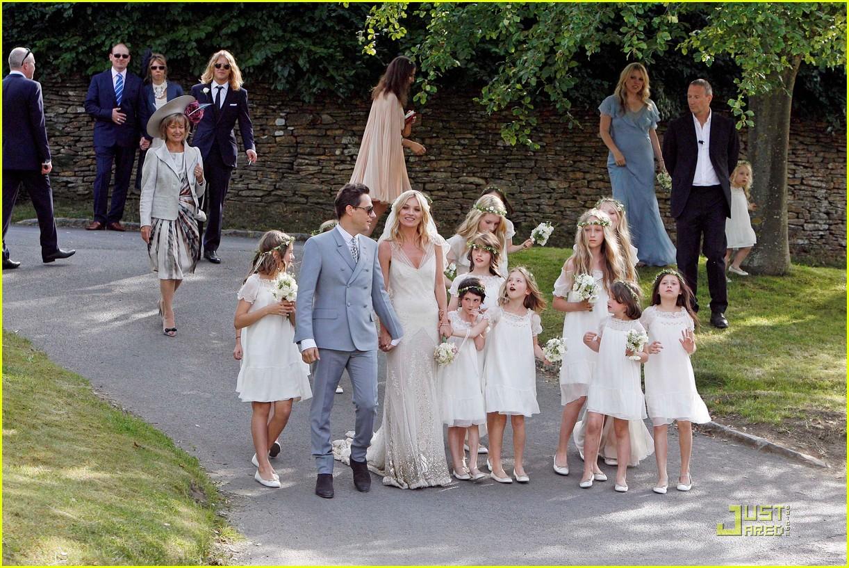 http://2.bp.blogspot.com/-AXDw_iu4WHc/Tg_s3GeM5KI/AAAAAAAAAnA/Rf0iNmL1Nes/s1600/kate-moss-jamie-hince-wedding-05.jpg
