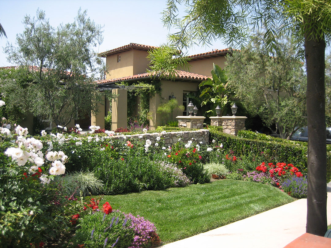 Front Yard Garden Design for Mediterranean Style House