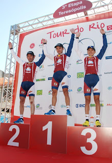 Vencedores da 3ª etapa do Tour do Rio comemoram vitória no pódio
