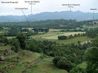 Cal Sargantana i Barbats amb la Serra de Picancel al seu darrere des de les feixes de damunt de La Caseta