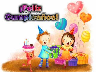 tarjeta de niños celebrando cumpleaños y abriendo regalos