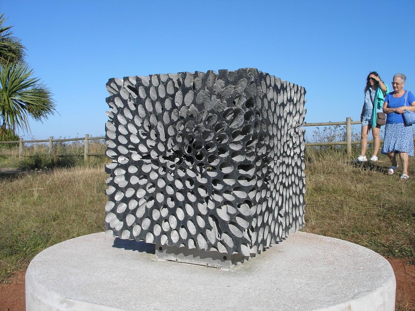 disfrutemos del paseo cultural con la siguiente escultura obelisco realizada con acero corten y acero inoxidable su autor csar ripoll dono natural