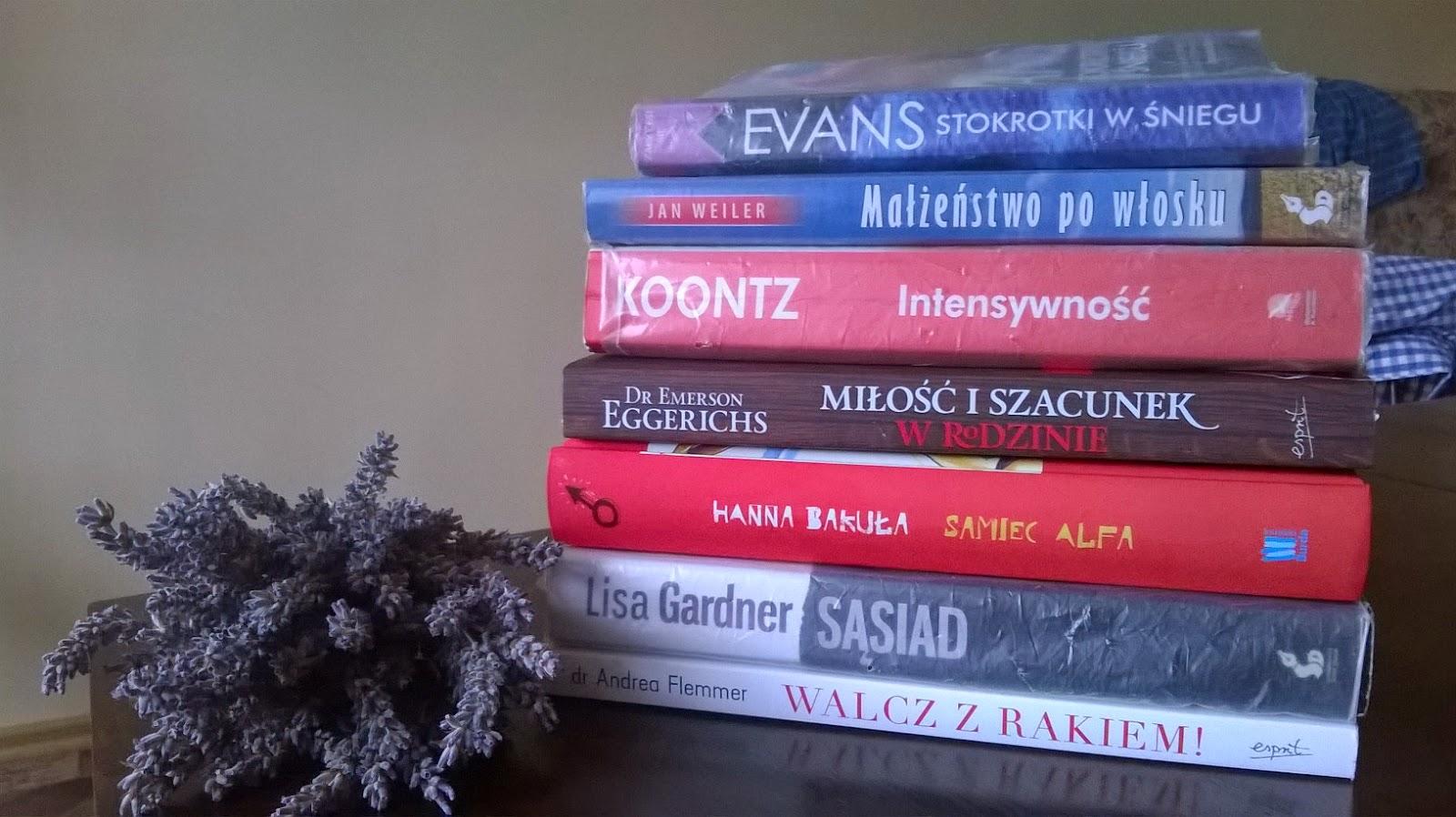Stos książek na październik