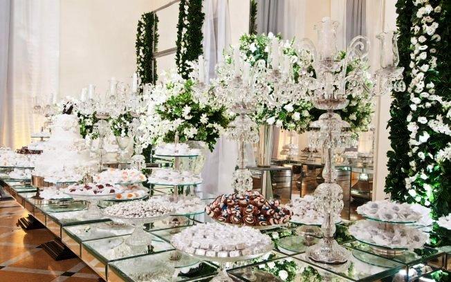 decoracao moveis branco:As mesas espelhadas e cadeiras estilo Tiffany de acrílico, sozinhas