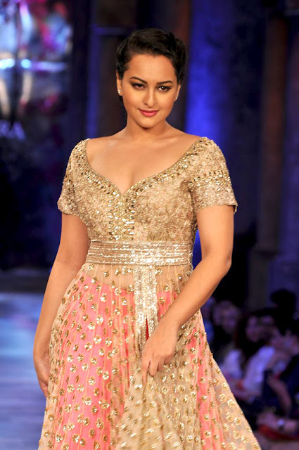 Sonakshi Sinha grace the 'Mijwan-Sonnets in Fabric' fashion show