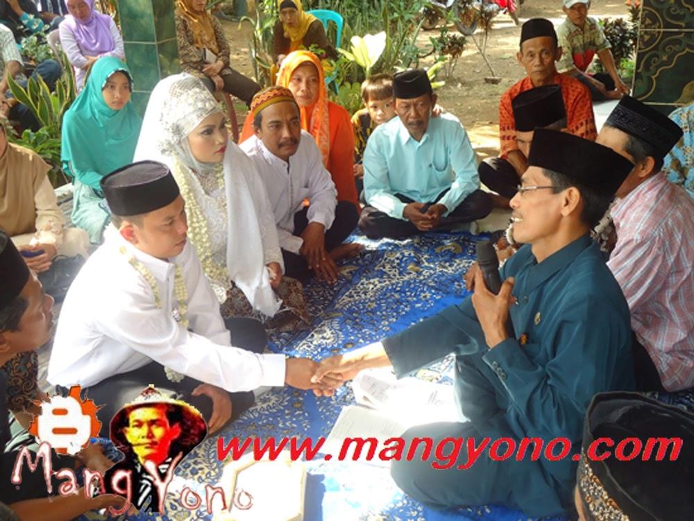 Akad nikah dilaksanakan, petugas KUA, para saksi, pengantin pria sudah berada di tempat nikah.