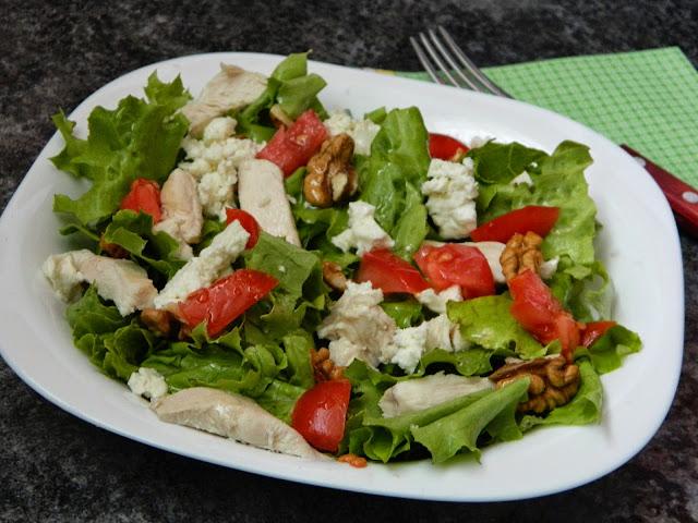 Salata cu piept de pui branza feta