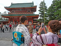 神門が閉じられたが観光客はシャツターを押していた。