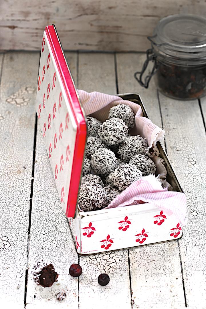 http://www.saveursvegetales.com/2014/12/raw-truffes-coco-griottes.html