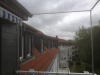 Nach oben offener Balkon mit Katzennetz