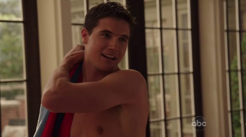 Robbie Amell Shirtless in Revenge s1e02