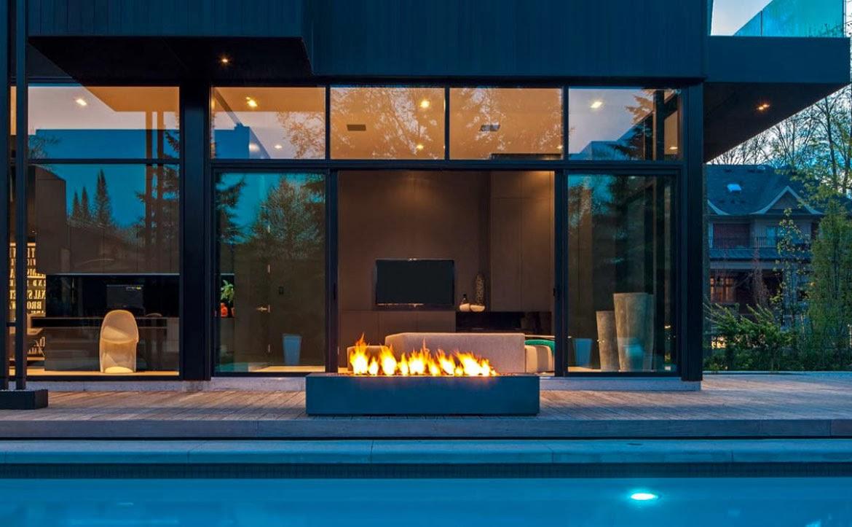 Rectangular outdoor fireplace paloform robata for Modelos de piscinas modernas