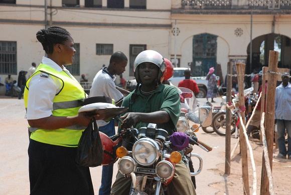 Trafiki ni Tanzania nzima! askari wa kikosi hicho akimhoji kiaina