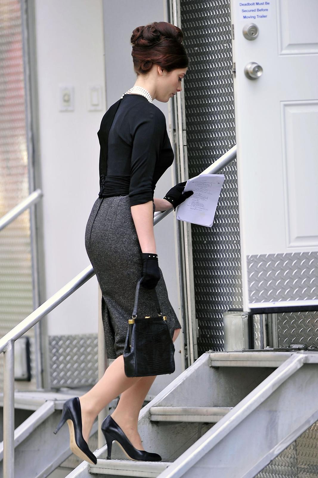 http://2.bp.blogspot.com/-A_RRcLMZbbM/T93r4Z49eDI/AAAAAAAAScw/qVvX6D86cVg/s1600/sploogeblog_ashley_greene_tightskirt_pantyhose_gloves_panam_candids_02.jpg