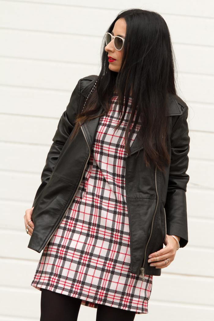 BLogger de moda valenciana con vestido y labios rojos