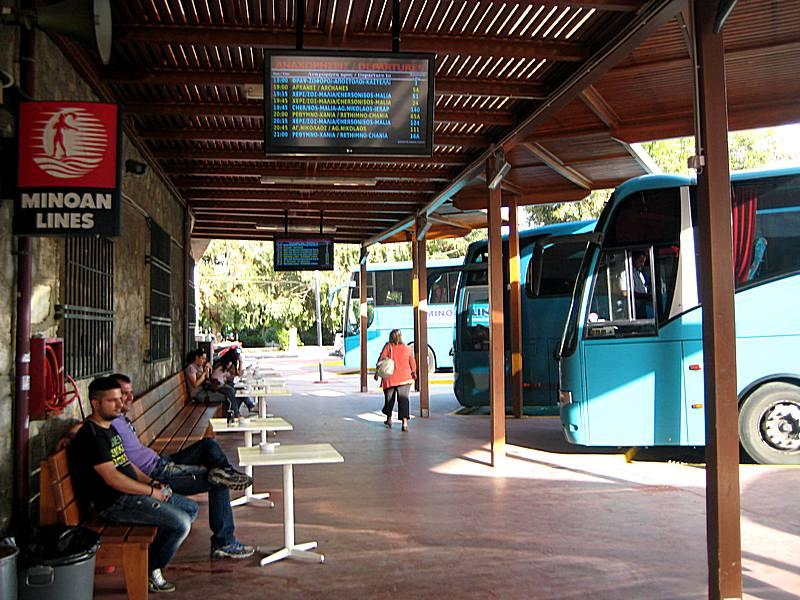KTEL autobuska stanica Iraklion - na ekranu se prikazuju polasci