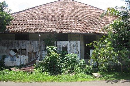 Rumah Misterius Peninggalan Belanda Di Depok [ www.BlogApaAja.com ]