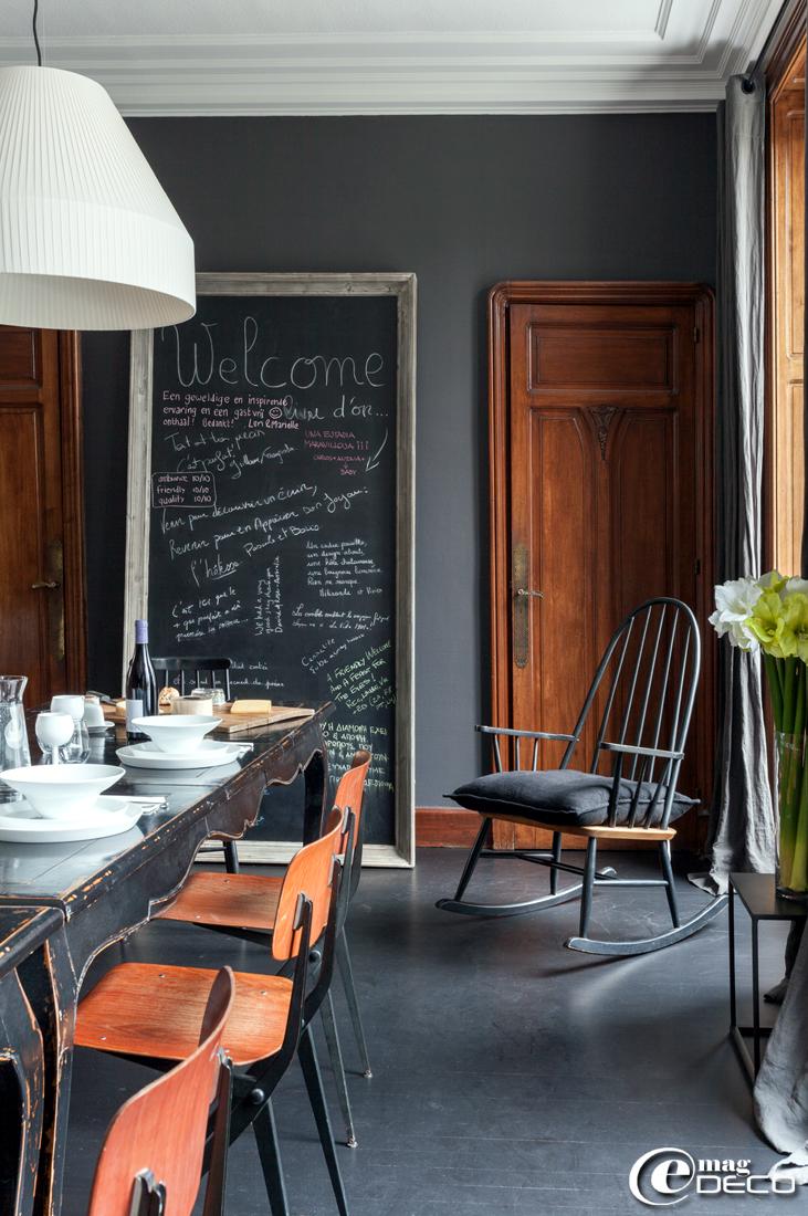 Dans la maison d'hôtes 'La Villa 1901', tables de style Napoléon III 'Nordal' et rocking-chair chiné de style Tapiovaara avec un cousin noir 'Khadi and Co'