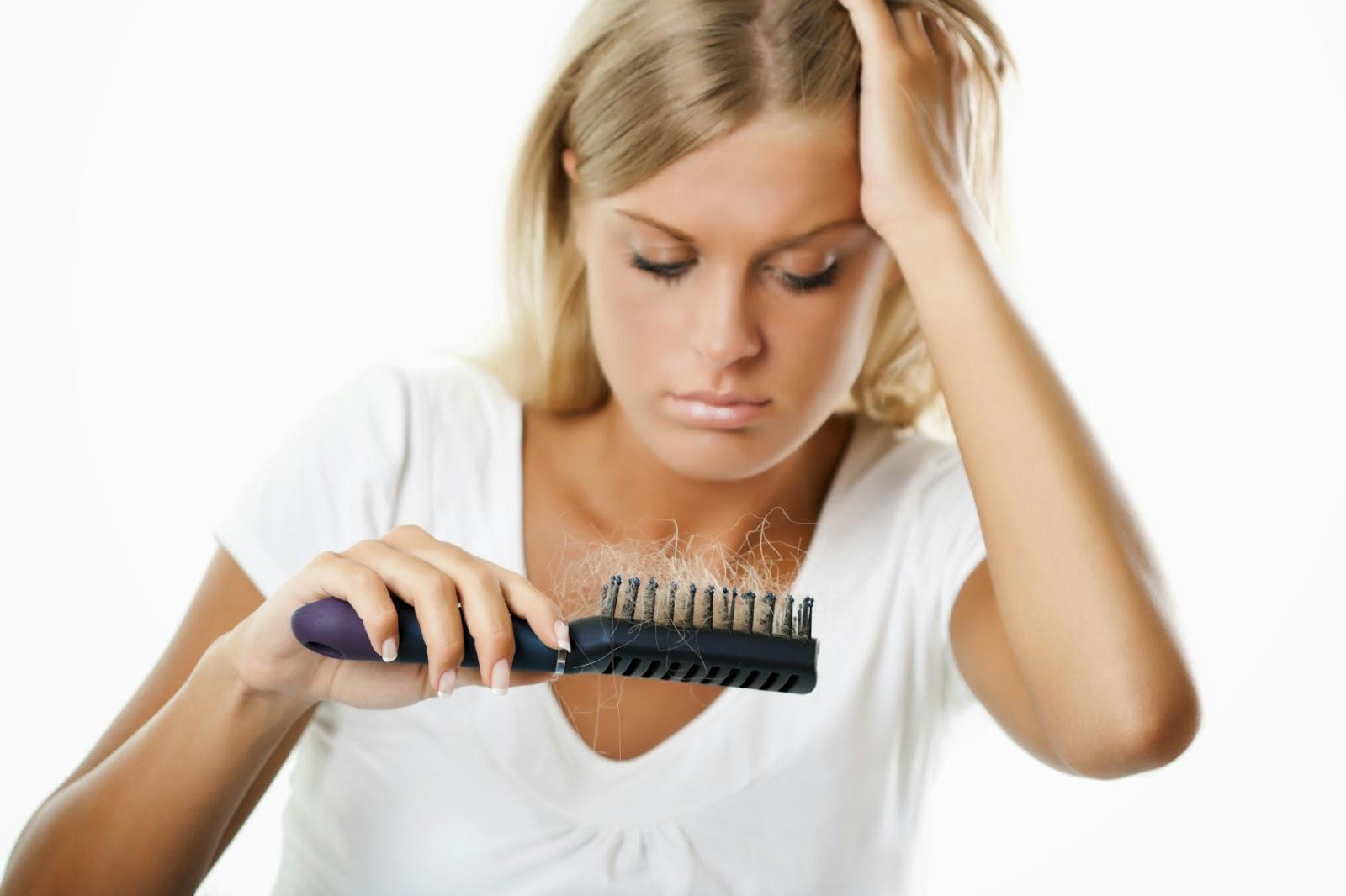 كيفية التعامل مع تساقط الشعر بشكل سليم
