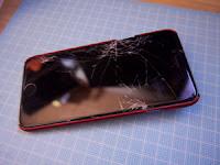 レアな落ち方をし、画面崩壊したiPhone6の例