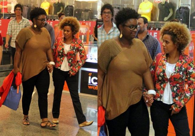 Ellen Oléria e sua namorada durante passeio em shopping (Foto: AgNews)