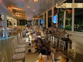 candelabros de prata, lustres de cristal, taças âmbar, arranjos florais, casamento, decoração