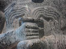 Personnage dit au 'Vase jaillissant'. Détail. Granite