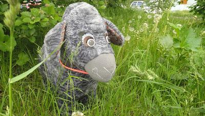Серая овечка игрушка в детский сад - скамеечка в прихожую