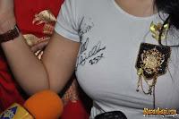 tanda tangan daivd beckham di dada syahrini, tanda tangan di dada mendekati payudara syahrini, jambul khatulistiwa syahrini