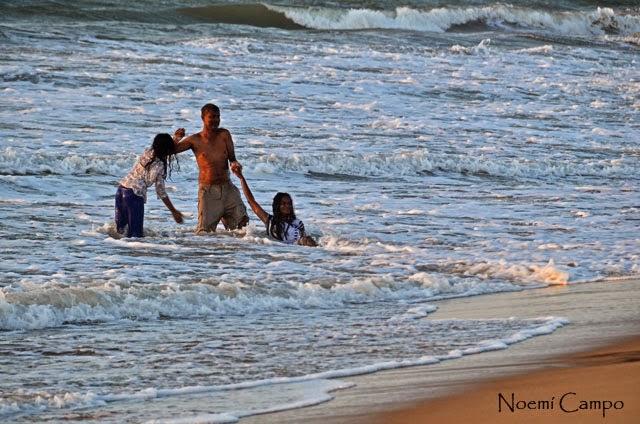 Familia juega con el agua en Negombo