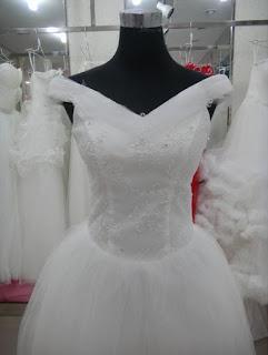 Vestido de novia corte princesa con hombros caídos, corsé con flores y apliques brillantes