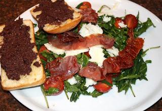 recepten; recept; hoofdgerecht; hoofdgerechten; salade; maaltijdsalade; italiaans; rucola; parmaham; parmezaanse kaas; kerstomaatjes; ciabatta; tapenade;