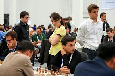 L'équipe de France mixte sous les yeux de Carlsen et Lagno - Photo © site officiel
