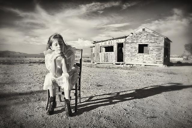 Отвернувшаяся от мира в черно-белых фотографиях Кэролайн Хэмптон