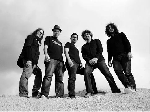 """""""Albatros"""" (não confundir com a banda italiana de rock progressivo e a banda alemã de eclectic prog com o mesmo nome) é uma banda espanhola de heavy prog formada em 2000 na cidade de Igualada (perto de Barcelona).  Em 2002 eles lançaram sua primeira demo, """"¿Quién colgó a los lobos?"""", e depois de muitas mudanças na formação, a banda só foi ganhar estabilidade em 2006 com """"Javi Fernández"""" (guitarra e vocal), """"Red Pèrill"""" (teclados, vocais), """"Juanito"""" (baixo), """"Marc González Rossel"""" (guitarra, vocais) e """"Tolo Gabarró"""" (bateria). Em 2008 lançaram seu primeiro álbum de estúdio, """"Pentadelia"""", onde eles conseguiram misturar influências de psicodelia, hard rock e progressivo de uma forma muito interessante, também conta com uma vasta gama de influências literárias e de cinema presentes em sua obra. Em 2011 lançaram seu segundo álbum, """"Ursus"""", distribuído pelo selo francês Muse Parallèle, este recebeu muitos elogios, de todos os lados do mundo no campo do progressivo. Em 2014 lançaram seu terceiro álbum, """"Mundo Bosque"""", produzido por """"Magí Batalla"""" e distribuido elo selo Mylodon Records. O álbum de 2011, """"Ursus"""", é o meu favorito, digno da atualidade com composições que não são excessivamente complexas, com muitos instrumentais desnecessários, mas que oferece um lado musical único da banda, recomendo."""