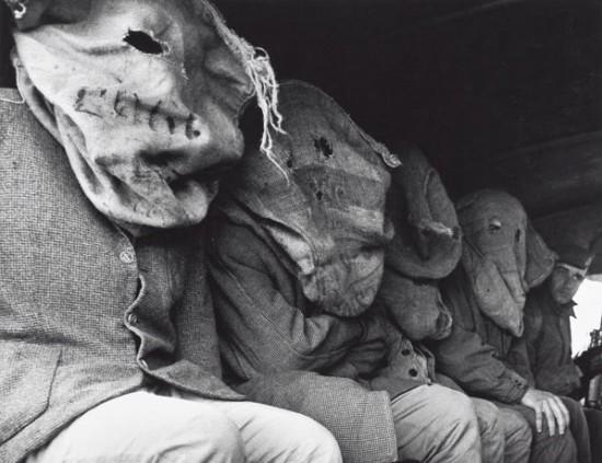 foto antigua de hombres con sacos en la cabeza