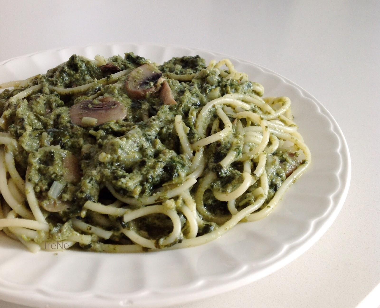 Espaguetis con salsa de espinacas y for Cocinar champinones laminados