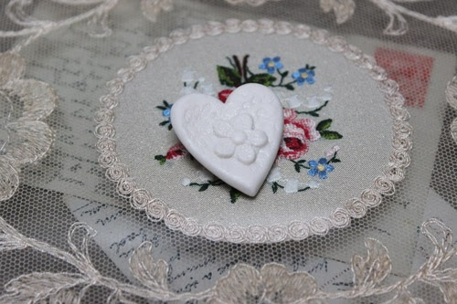 http://www.amanda-mercer.co.uk/index.php?main_page=advanced_search_result&search_in_description=1&keyword=heart+brooch