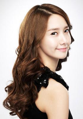 Ini saat yoona menjadi model iklan kosmetik rambutnya yang panjang