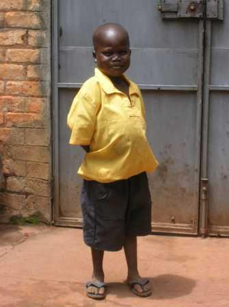 Si chiama Abramo, è orfano di anbedue i genitori, ha contratto il virus  HIV alla nascita e vive con la nonna che è poverissima. Col nostro aiuto  va a scuola. Nonostante le cure è malaticcio e probabilmente non avrà  molti anni da vivere.