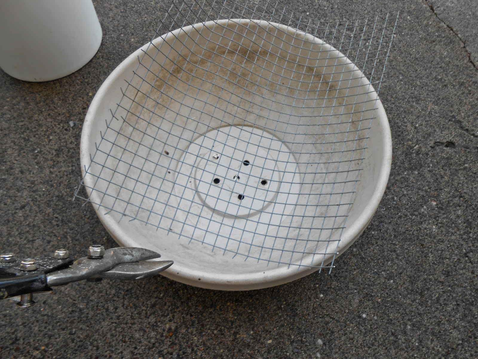 How to make a birdbath - 2 Clean And Dry The Molds You Are Going To Use 3 Trim Your Hardware Cloth To Fit In The Molds Make Sure It Is Smaller Than The Mold For The Bowl
