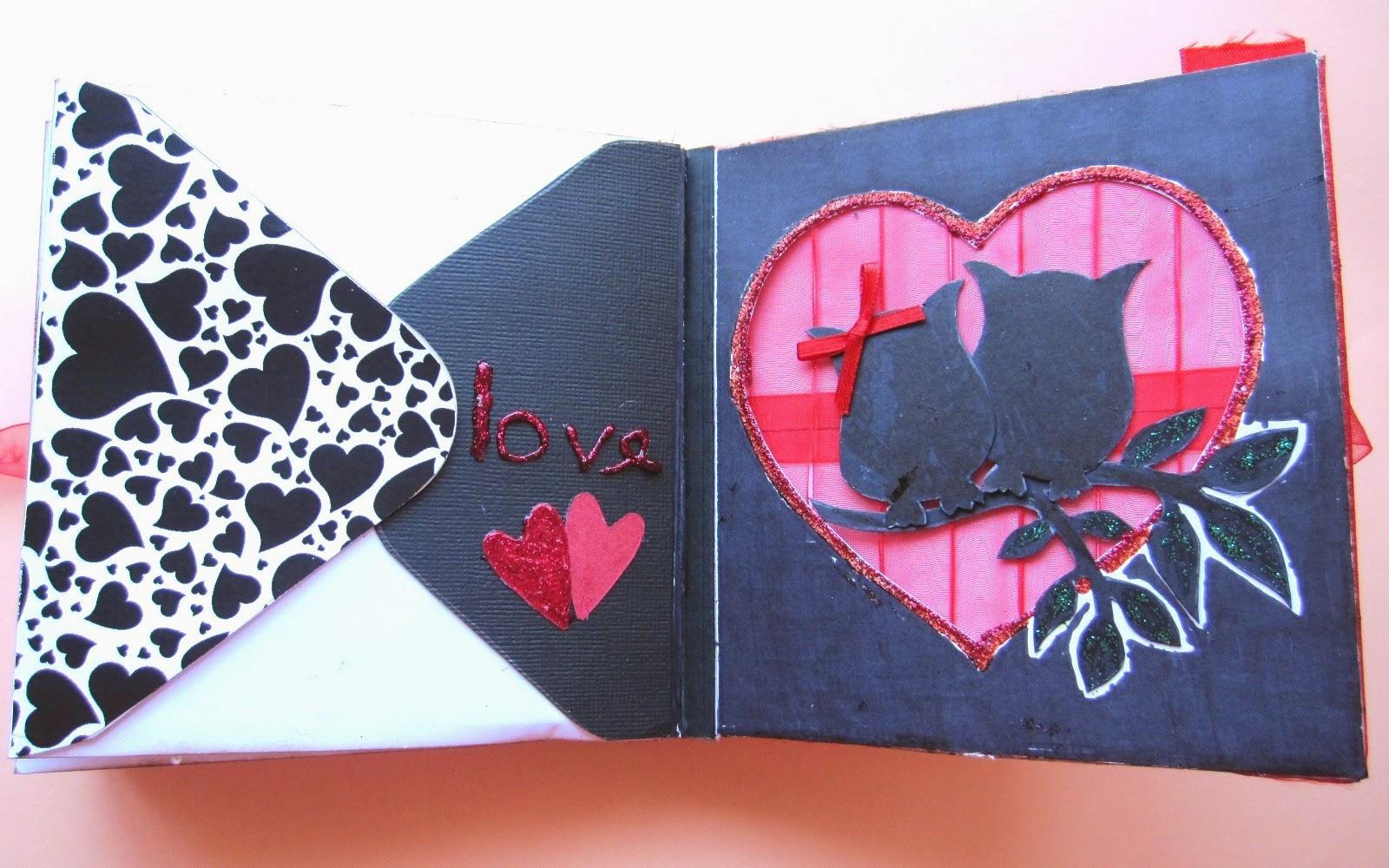 foto 6 decoración interior LOVE mini-álbum a la izquierda parte trasera de un sobre con la solapa decorada con corazones negros y a la derecha silueta de búhos enamorados a contraluz de luna roja hecha con tul