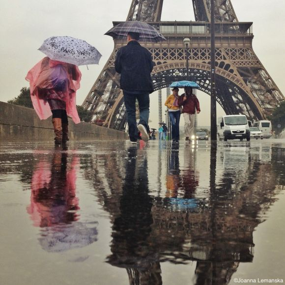 Joanna Lemanska fotografia Paris reflexos através poças de água Torre Eiffel
